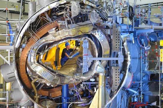 In November 2011 the interiour of Wendelstein 7-X was still open: Visible was the plasma vessel, one of the stellarator coils, a planar coil, part of the support structure and the cryostat together with a lot of cooling pipes and power supply lines.