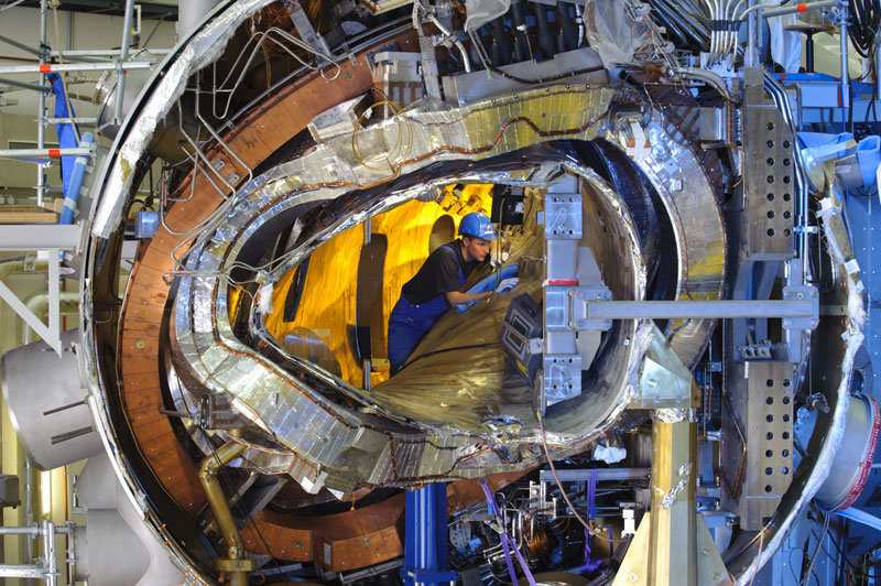 Progress of assembly: The ring is closed; the interior of Wendelstein 7-X, visible here, has now disappeared behind the steel outer shell