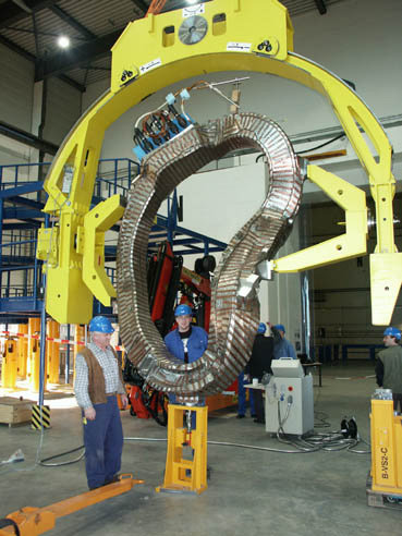 The first of a total of 50 stellarator magnet coils has been delivered to Greifswald.