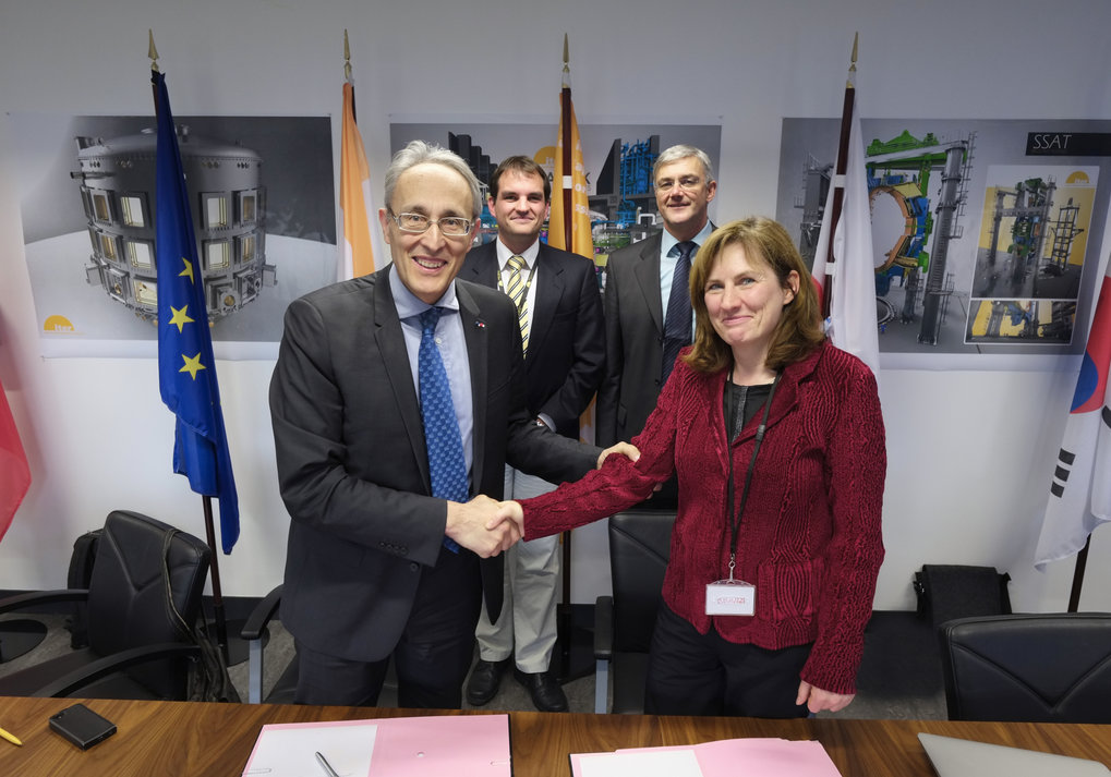 Conclusion of contract in Cadarache: The cooperation agreement was signed by ITER Director-General Bernard Bigot and the Scientific Director of IPP, Sibylle Günter. In the background: Axel Winter/ITER and Gerhard Raupp/IPP (from the left).