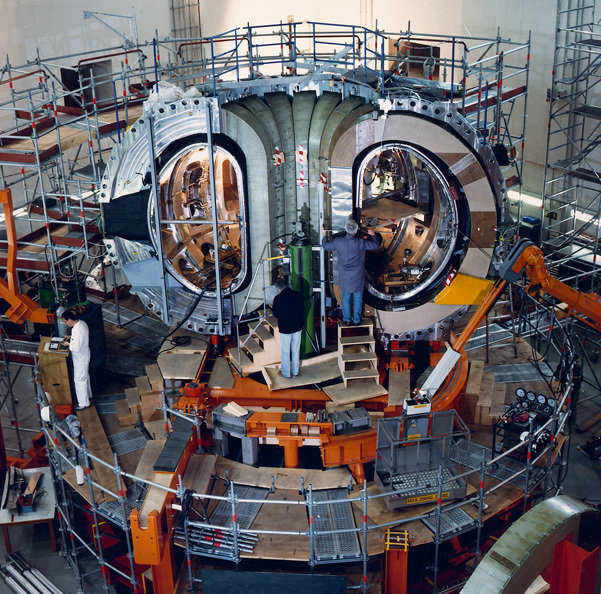 During construction of ASDEX Upgrade the plasma vessel and magnet coils were clearly visible.