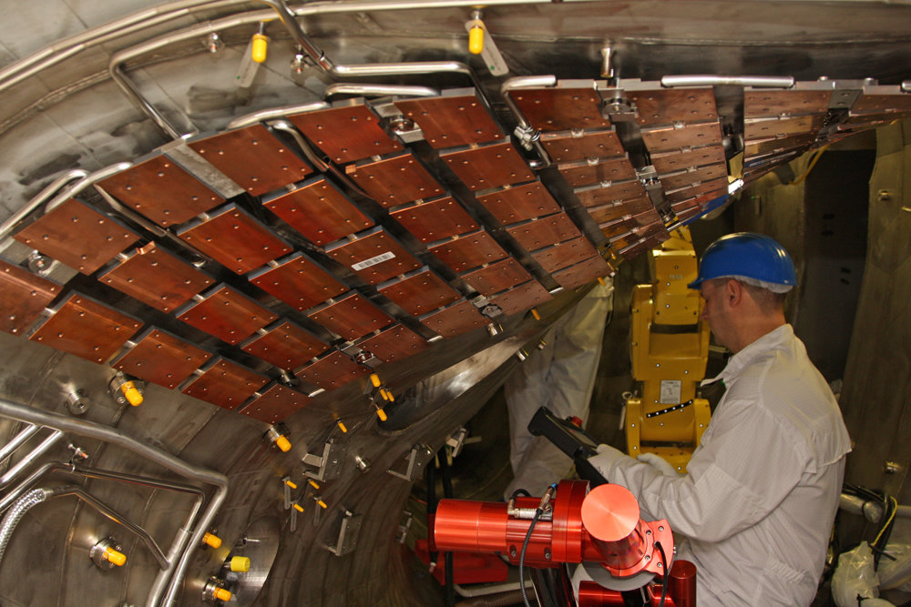 View inside the plasma vessel: Copper-chrome-zirconium plates for extracting heat, already installed prior to the first round of experiments, will be clad with graphite tiles in the coming weeks.