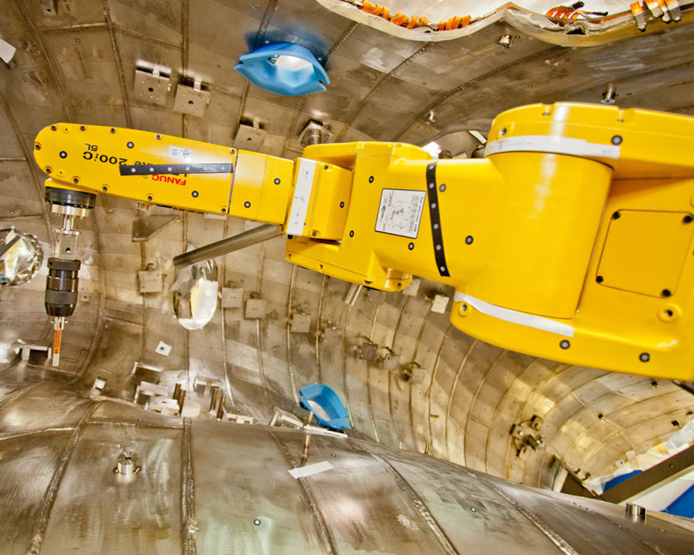 6,000 fixtures and bolts needed to be attached to the plasma vessel. A robot ensured that their positions are accurate – down to 0.5 millimetres. (Photo: Fanuc Robotics)
