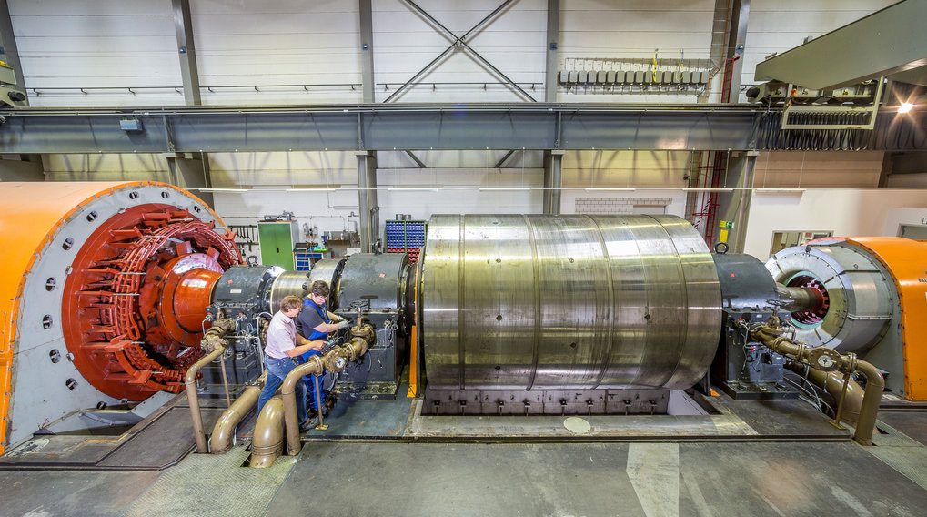 The EZ2 flywheel generator at IPP: the large flywheel mass in the centre is connected on the left with a drive motor that slowly brings the flywheel to full power. When switched over to generator operation the fast-rotating flywheel mass then drives the generator (right), which produces a strong current pulse for ASDEX Upgrade.