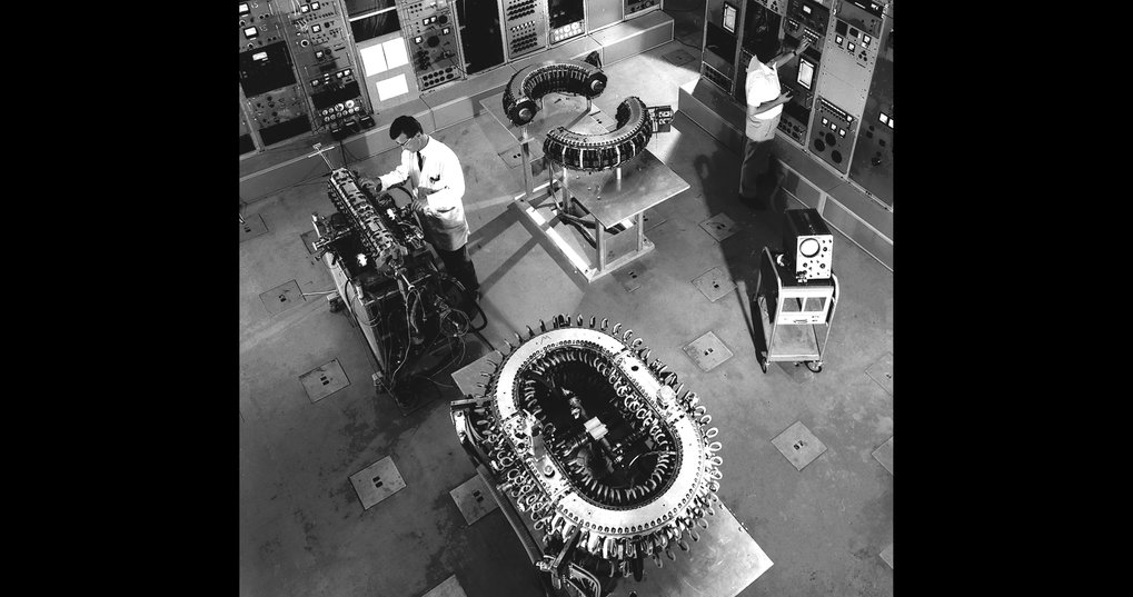 In 1960 the Wendelstein 1a stellarator goes into operation (foreground), in addition pinch experiments are investigated (till 1979).