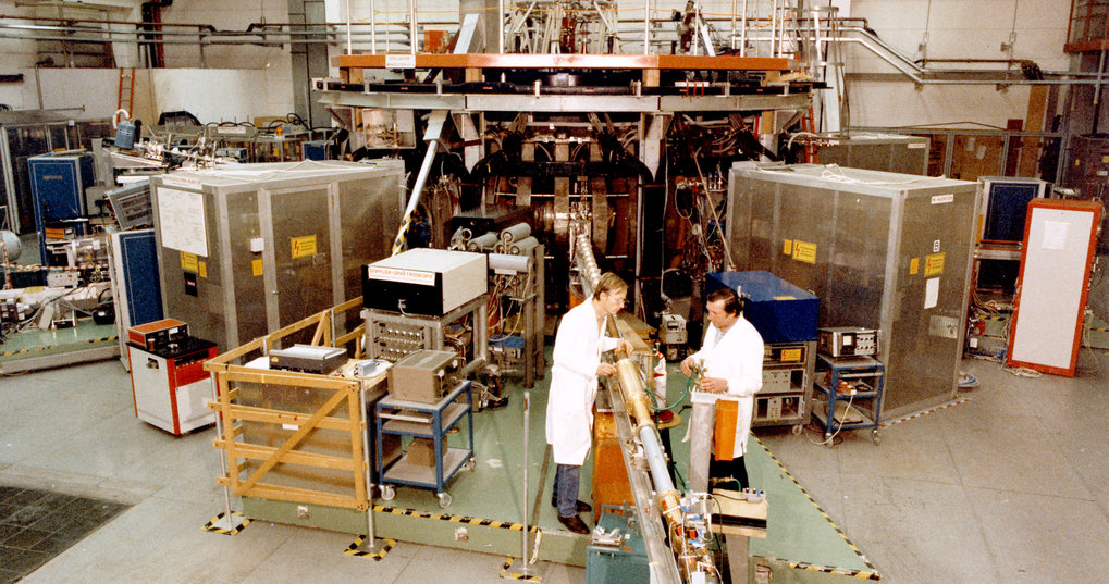 In 1980 Wendelstein 7-A (1976-1985) succeeds in the world's first genuine stellarator operation: A hot plasma is confined without plasma current solely by external magnetic fields.