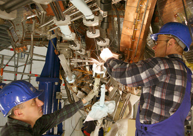 Difficult connection: specialists from Cracow doing the tricky manual installation of the complex superconducting coils of Wendelstein 7-X